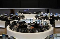 Торговый зал биржи во Франкфурте-на-Майне, 7 октября 2011 года. Европейские рынки акций открылись снижением в среду после того, как словацкие законодатели отвергли план расширения фонда помощи еврозоны, а Alcoa сообщила о прибыли ниже прогнозов. REUTERS/Remote/Amanda Andersen