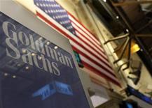Логотип банка Goldman Sachs в торговом зале биржи на Уолл-стрит, 19 января 2011 года. У банков на Уолл-стрит есть три месяца, чтобы убедить регуляторов США ослабить предложенный запрет на спекулятивную торговлю, после того как Федеральная корпорация страхования депозитов во вторник вынесла на суд общественности правило Волкера. REUTERS/Brendan McDermid