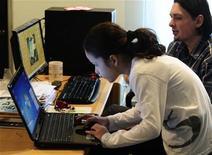 Люди работают за компьютерами в Скопье, 4 февраля 2010 года. Пользователи всемирной сети не так анонимны, как им бы хотелось, сообщает исследование, опубликованное во вторник. REUTERS/Ognen Teofilovski