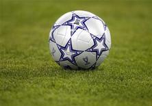 Футбольный мяч на поле в Афинах, 23 мая 2007 года. Футбольные болельщики узнали во вторник имена еще пяти команд, которые поедут в следующем году на чемпионат Европы на Украину и в Польшу. REUTERS/Kai Pfaffenbach