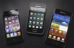 Samsung Electronics Co вскоре выпустит усовершенствованные версии трех моделей смартфонов Galaxy в Европе, чтобы преодолеть временный запрет на продажи своей продукции, копирующих технологии Apple, сообщила Samsung в среду. 24 августа 2011 г. REUTERS/Michael Kooren