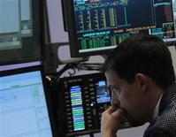 Трейдер следит за ходом торгов на бирже в Нью-Йорке, 12 октября 2011 года. Фондовые индексы США выросли в среду, так как прогресс в движении Европы к укреплению фонда финансовой стабильности вернул инвесторов обратно на рынок. REUTERS/Brendan McDermid