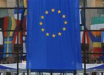 Флаг Евросоюза на здании Европейского совета в Брюсселе 18 июня 2008 года. Европейский союз будет продолжать переговоры об ассоциации и создании зоны свободной торговли с Украиной, но подпишет документ, лишь когда будет уверен в том, что Киев разделяет заложенные в нем ценности, заявила на заседании Европейского парламента комиссар ЕС по международным делам Кэтрин Эштон. REUTERS/Yves Herman