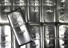 Серебряные слитки на заводе Oegussa в Вене  28 февраля 2011 года. Компания Полиметалл, крупнейший в РФ производитель серебра, за девять месяцев 2011 года увеличила выручку на 41 процент в годовом исчислении за счет роста цен на свою продукцию, сообщила компания. REUTERS/Lisi Niesner