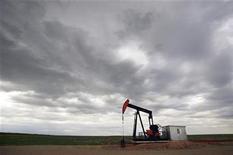Нефтяная вышка в канадской провинции Альберта, 30 июня  2009 года. Нефть дешевеет в четверг после выхода слабых торговых данных Китая, указавших на замедление спроса во втором крупнейшем в мире потребителе топлива. REUTERS/Todd Korol