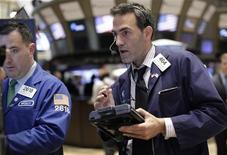 Трейдеры на Нью-Йоркской фондовой бирже, 12 октября 2011 года. Фондовые индексы Уолл-стрит упали в начале торгов в четверг после слабого отчета о прибыли JPMorgan Chase и недотянувших до ожиданий данных о профиците торговли Китая. REUTERS/Brendan McDermid