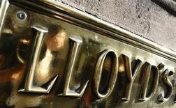 Табличка банка Lloyds в Лондоне, 23 апреля 2009 года. Агентство Fitch сократило кредитные рейтинги британских банков Lloyds и Royal Bank of Scotland, получавших государственную помощь, заявив, что правительство с меньшей вероятностью будет оказывать им дальнейшую финансовую поддержку. REUTERS/Toby Melville