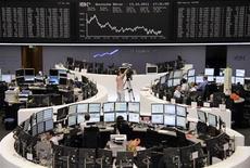 Торговый зал Франкфуртской фондовой биржи, 13 октября 2011 года. Европейские рынки акций открылись ростом в пятницу, так как хорошие результаты Google поддерживают технологический сектор, горнорудные акции укрепляются вслед за ценами на металлы. REUTERS/Remote/Amanda Andersen