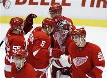 """Хоккеисты """"Детройта"""" во время игры с """"Ванкувером"""" в Детройте, 13 октября 2011 года. """"Детройт"""" одержал в четверг третью подряд победу на старте регулярного сезона Национальной хоккейной лиги. REUTERS/Rena Laverty"""
