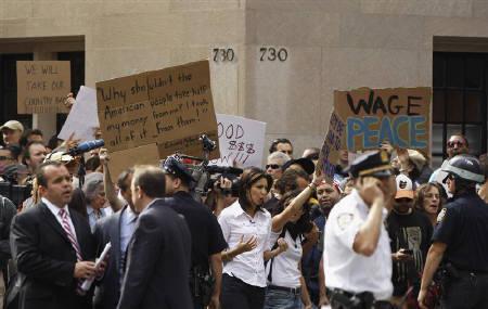 10月13日、「反ウォール街デモ」は、平均的な国民が生活に苦しむ一方、富裕層がますます裕福になっているとの抗議がメインテーマだが、デモ参加者らは間接的に、世界有数の富豪からの恩恵を受けているかもしれない。写真は11日、ニューヨークで撮影した反ウォール街デモ(2011年 ロイター/Lucas Jackson)