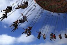 <p>Fairgoers swing through the air on a ride at the San Diego county fair in Del Mar, California, June29, 2011. REUTERS/Mike Blake</p>