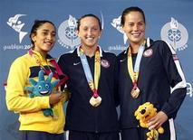 A brasileira Daynara de Paula (esq), e as norte-americanas Claire Donahue (centro) e Elaine Breeden (dir) depois dos 100 metros borboleta nos Jogos Pan-Americanos de Guadalajara, no México. Daynara conquistou neste sábado a medalha de prata, a terceira medalha de atletas brasileiros nos Jogos Pan-Americanos de Guadalajara, no México. 15/10/2011      REUTERS/Jorge Silva