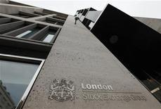 Вход в Лондонскую фондовую биржу, 24 сентября 2009 года. Горно-металлургическая группа Евраз, в понедельник объявившая обмен акций для премиального листинга, рассчитывает занять место в пятой или шестой десятке индекса FTSE 100. REUTERS/Stephen Hird
