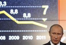 Премьер-министр России Владимир Путин выступает с речью на X Международном инвестиционном форуме в Сочи 16 сентября 2011. Россия восстановилась после кризиса 2008 года благодаря ответственной экономической политике и намерена продолжить в том же духе, сказал премьер Владимир Путин и кивнул на охваченный волнениями Запад. REUTERS/Sergei Karpukhin