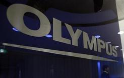 Логотип Olympus Corp в штаб-квартире компании в Токио, 17 мая 2011 года. Акции Olympus Corp упали на 22 процента в понедельник после того, как СМИ процитировали экс-главу компании, обвинившего совет директоров в увольнении за попытку расследовать платежи компании.  REUTERS/Yuriko Nakao