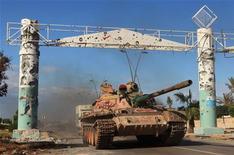 Танк на въезде в Сирт 16 октября 2011. Силы ливийского временного правительства подняли новый флаг страны над Бени-Валидом, одним из последних оплотов лояльных Муаммару Каддафи войск, заявили представители Национального переходного совета в понедельник. Тем временем продолжается осада Сирта, родного города свергнутого правителя. REUTERS/Esam Al-Fetori