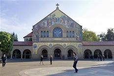 Pessoas caminham em frente à igreja no campus da Universidade de Stanford, em Palo Alto, na Califórnia. Celebridades, políticos e colegas do Vale do Silício estavam entre as centenas de pessoas reunidas no domingo em uma homenagem à memória de Steve Jobs, o visionário cofundador da Apple Inc.16/10/2011   REUTERS/Kimberly White