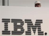 Мужчина стоит перед логотипом IBM в Гановере, 26 февраля 2011 года. Квартальные результаты IBM не вдохновили инвесторов на фоне замедления роста в ключевых регионах и сокращения корпоративных расходов на информационные технологии перед лицом опасений о перспективах глобальной экономики. REUTERS/Tobias Schwarz