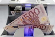 Банкноты в 500 евро в бернском банке, 15 августа 2011 г. Евро снизился во вторник из-за сократившихся надежд на разрешение долгового кризиса и опасений о возможном понижении суверенного рейтинга Франции, что спровоцировало продажу единой валюты. REUTERS/Pascal Lauener