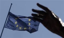 Флаг Евросоюза в Риме, 23 марта 2007 года. Лидеры Европы могут согласовать план придания финансового плеча антикризисному фонду на саммите в воскресенье, позволив ему гарантировать часть новых облигаций еврозоны, сказали во вторник европейский чиновник и экономист, первым придумавший план. REUTERS/Tony Gentile