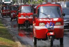 Участники гонки рикш отправились в путь из Джакарты, 16 октября 2011 г. Шестьдесят шесть представителей двенадцати наций отправились в путь из Джакарты в Бангкок на рикшах в гонке со временем, возможными механическими повреждениями и экстремальными климатическими условиями. REUTERS/Supri Supri