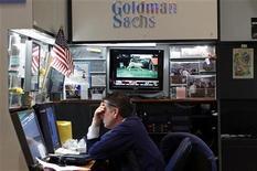 Трейдер на стенде Goldman Sachs на фондовой бирже Нью-Йорка, 29 июля 2011 г. Крупнейший коммерческий банк США Goldman Sachs Group Inc сообщил об убытке в $428 миллионов в третьем квартале текущего года, или втором финансовом квартале компании, из-за резкого спада стоимости ценных бумаг и активов клиентских торговых операций. REUTERS/Mike Segar