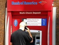 Клиент у банкомата Bank of America в Калифорнии, 19 августа 2011 г. Крупнейший банк США Bank of America Corp сообщил о росте прибыли в третьем квартале благодаря распродаже активов и банковским гонорарам. REUTERS/Fred Prouser