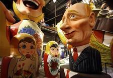 Карнавальная маска, пародирующая премьер-министра России Владимира Путина в Ницце 9 февраля 2009 года. Предвыборная сатира на беззаветную любовь к Владимиру Путину за неделю стала хитом рунета, завоевав аудиторию в сотни тысяч человек. Всплеск интереса к песням протеста эксперты связали с объявлением о возвращении Путина в Кремль. REUTERS/Eric Gaillard