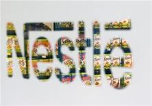 Логотип Nestle в супермаркете в Вене, 17 февраля 2011 года. Глобальный продовольственный гигант Nestle заинтересован в хорошо вписывающихся в его стратегию поглощениях и намерен расширить инвестиции в России в рамках планов стабильного роста, сказал исполнительный директор компании Пол Булке.  REUTERS/Valentin Flauraud