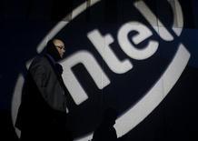 Человек проходит мимо логотипа Intel во время пресс-конференции главы компании Пола Отеллини в Тайбэе 28 октября 2010 года. Результаты Intel Corp в третьем квартале превзошли ожидания, а уверенный прогноз будущей выручки компании пошел вразрез с опасениями, что нестабильная экономика ударит по спросу на персональные компьютеры. REUTERS/Nicky Loh