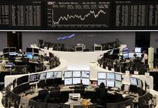Трейдеры работают в торговом зале Франкфуртской фондовой биржи, 17 октября 2011 года. Европейские рынки акций открылись ростом в среду вслед за Уолл-стрит и Азией, так как сообщение о том, что Франция и Германия намерены расширить фонд помощи еврозоны до 2 триллионов евро заставляет инвесторов покупать акции. REUTERS/Remote/Bob Strong