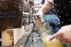 """Бармен наполняет стаканы пивом на открытии 177-го фестиваля """"Октоберфест"""" в Мюнхене, 18 сентября 2010 года. Международная пивоваренная компания SABMiller объявила о стратегическом сотрудничестве с пивоваренной группой Anadolu Efes, что позволит ей стать вторым крупнейшим производителем пива в России. REUTERS/Michaela Rehle"""