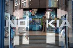 Вход в магазин Nokia в Хельсинки, 18 июля 2011 года. Прибыль крупнейшего в мире производителя мобильных телефонов Nokia сократилась меньше, чем того ожидали аналитики, в третьем квартале 2011 года благодаря высоким продажам обычных трубок.  REUTERS/Jussi Helttunen/Lehitikuva
