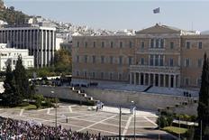 Демонстранты стоят перед зданием греческого парламента в Афинах, 20 октября 2011 года. Десятки тысяч демонстрантов собрались возле греческого парламента в четверг на второй день всеобщей забастовки против планов властей сильно урезать государственные расходы. REUTERS/Yannis Behrakis