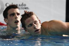 O brasileiro Cesar Cielo olha para o relógio após vencer os 50m livre no Pan de Guadalajara. Seu compatriota Bruno Fratus (atrás) ficou com a medalha de prata.    REUTERS/Jorge Silva