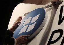 Рабочий устанавливает логотип Microsoft на техновыставке в Гановере, 27 февраля 2011 года. Слабые продажи операционной системы Windows сдержали рост прибыли Microsoft Corp в минувшем квартале, однако сохраняющийся спрос на пакет приложений Office помог компании нарастить выручку. REUTERS/Tobias Schwarz