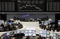 Трейдеры работают в торговом зале Франкфуртской фондовой биржи, 20 октября 2011 года. Европейские рынки акций открылись ростом в пятницу после значительных потерь на предыдущей сессии, так как инвесторы надеются, что европейские лидеры на выходных разработают план борьбы с долговым кризисом еврозоны. REUTERS/Remote/Amanda Andersen