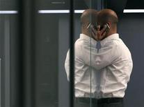 Биржевой трейдер разговаривает по телефону в торговом зале Франкфуртской фондовой биржи, 2 августа 2011 года. Мобильные телефоны не увеличивают риск заболевания раком, говорится в крупном исследовании с участием более 350.000 человек, которое провели датские ученые. REUTERS/Ralph Orlowski