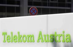 Логотип Telekom Austria перед штаб-квартирой Telekom Austria Group в Вене, 17 августа 2011 года. Инвестиционная группа Ронни Печика планирует продать долю в Telekom Austria российскому Вымпелкому и Turkcell, сообщил австрийский журнал Format без ссылки на источник. REUTERS/Heinz-Peter Bader