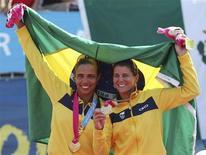 Juliana e Larissa comemoram  a conquista do bicampeonato dos Jogos Pan-Americanos no vôlei de praia. 21/10/2011 REUTERS/Sergio Moraes
