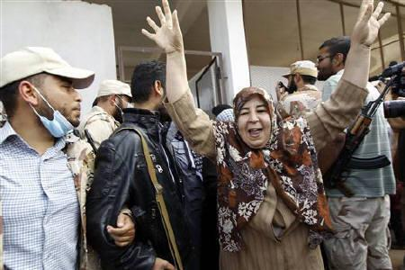 A woman reacts after seeing the corpse of Muammar Gaddafi in Misrata October 23, 2011. REUTERS/Thaier al-Sudani