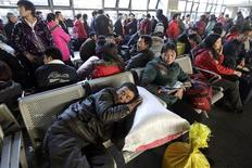 <p>A passenger sleeps in the crowded waiting room at West Railway Station in Beijing in this January 29, 2010 file photo. REUTERS/Jason Lee/Files</p>