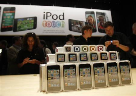 Apple's new iPod Shuffle (top to bottom), iPod Nano and iPod Touch, are displayed at Apple's music-themed September media event in San Francisco, California September 1, 2010. REUTERS/Robert Galbraith