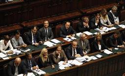 Премьер-министр Италии Сильвио Берлускони и члены правительства на дебатах в верхней палате парламента в Риме, 14 сентября 2011 года. Евросоюз потребовал от премьер-министра Италии Сильвио Берлускони быстрых экономических реформ, однако правительство страны разделилось во мнении касательно предлагаемых мер. REUTERS/Max Rossi