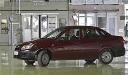 Премьер-министр России Владимир Путин за рулем новой Lada Granta во время посещения завода Автоваза в Тольятти, 11 мая 2011 года. Автоваз рвется в бой с конкурентами, и главным маневром станет декабрьский старт продаж новой модели Lada Granta - самого дешевого автомобиля в России. Результат проекта покажет способность крупнейшего автопроизводителя страны выжить без госпомощи, говорят эксперты. REUTERS/Alexei Nikolsky/RIA Novosti/Pool