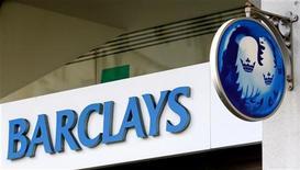 """Логотип Barclays на отделении банка в Лондоне, 3 марта 2008 года. Британский банк Barclays пополнил список иностранцев, расставшихся с активами в России на фоне замедления роста бизнеса и смены стратегии развития после кризиса, продав свою """"дочку"""" банкиру Игорю Киму, снискавшему славу создателя крупных игроков с помощью M&A. REUTERS/Alessia Pierdomenico"""