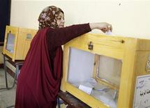 A woman casts her vote for the parliamentary election in Cairo, November 28, 2010.   REUTERS/Asmaa Waguih