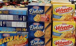Продукты Kraft Foods на полке в магазине в Иллинойсе, 19 января 2010 г. Пищевой гигант Kraft Foods Inc инвестирует более $100 миллионов в российский кофейный завод к 2015 году с целью удвоения производства и удовлетворения спроса на быстрорастущем рынке напитков, сообщила компания во вторник. REUTERS/Frank Polich