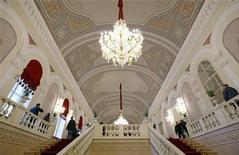 Vista do salão do teatro Bolshoi, em Moscou, na Rússia. O Teatro Bolshoi, uma das joias culturais do mundo, será reaberto na sexta-feira com um espetáculo de gala repleto de estrelas, depois de uma restauração que levou seis anos, custou 700 milhões de dólares e foi marcada por atrasos e escândalos financeiros.  24/10/2011 REUTERS/Anton Golubev