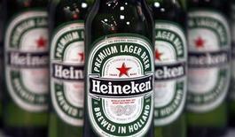 Бутылки пива Heineken, сфотографированные во время пресс-конференции в Лондоне, 25 января 2008 года. Третий крупнейший производитель пива в мире компания Heineken NV в третьем квартале продала больше пенного напитка по более высоким ценам, чем годом ранее, благодаря сильным результатам в Африке и восстановлению рынка России. REUTERS/Stephen Hird